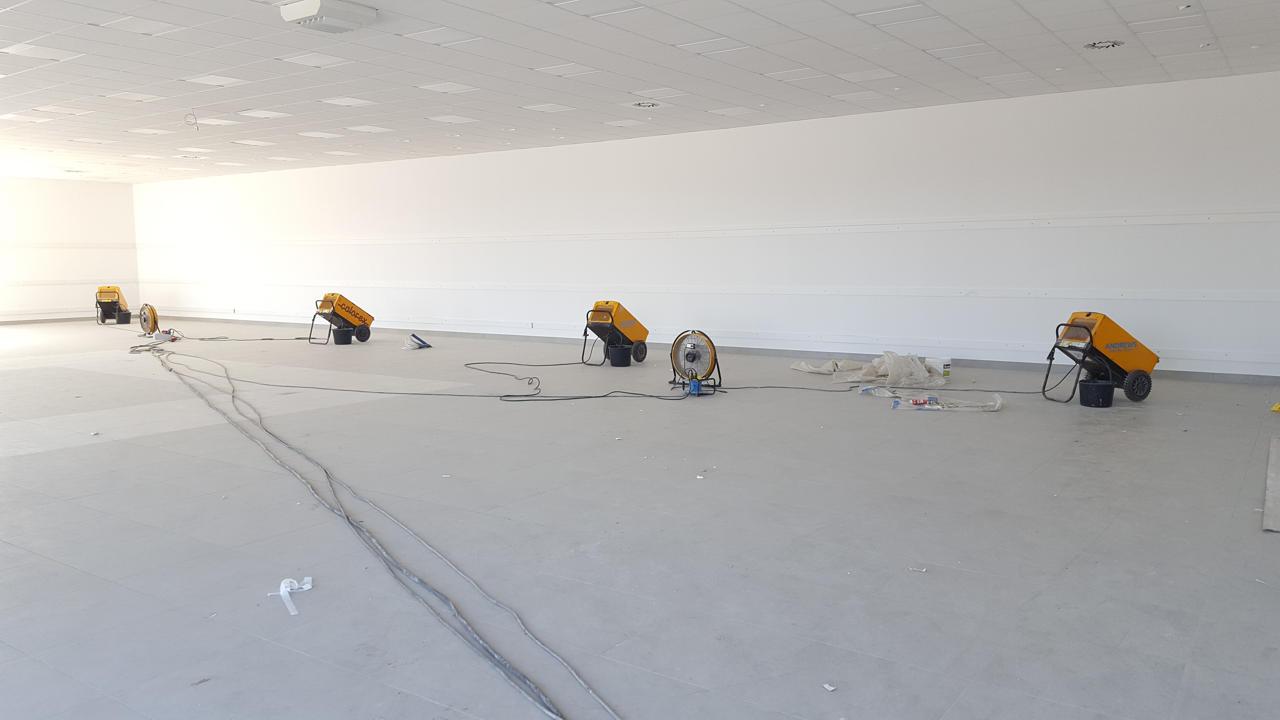 Osuszanie wilgoci technologicznej podczas budowy sklepu wielkopowierzchniowego